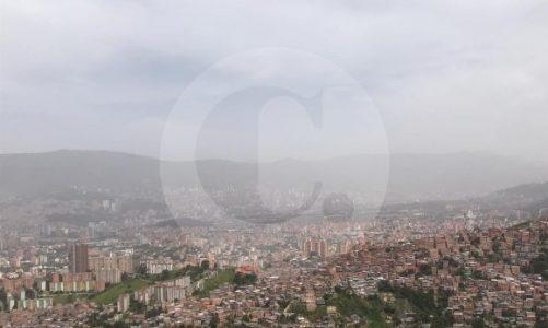 El viaje de más de 10.000 km que causa el cielo gris de Medellín